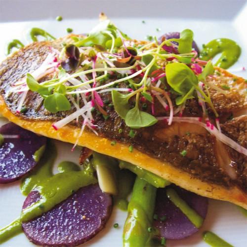 San Pietro con salsa di soia e limone, con asparagi e patate viola