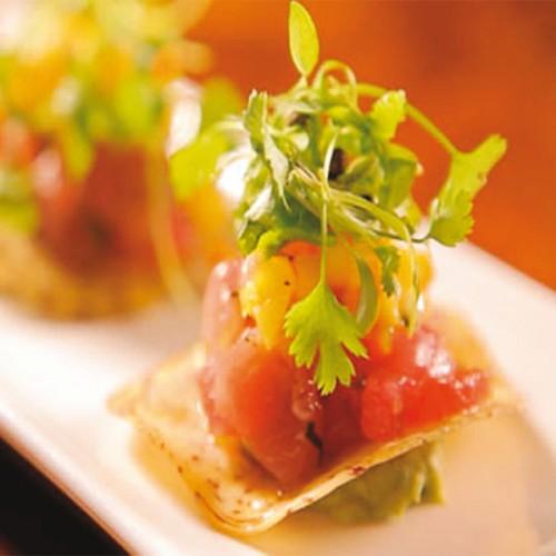 Tartare di tonno e mango, su chips di parmigiano