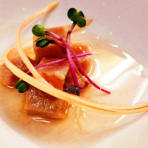 Tartare di tonno con aceto di lamponi, zenzero e sedano rosso