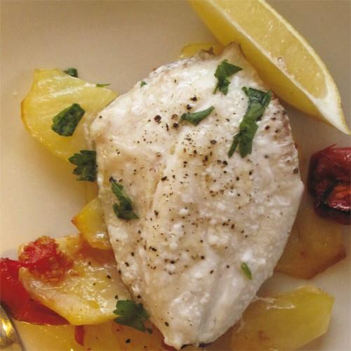 Pesce san pietro al forno, con patate e pomodori