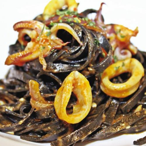 Fettuccine al nero di seppia con calamari al pomodoro