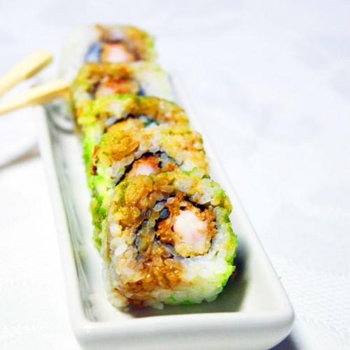 Uramaki sushi con gambero in tempura