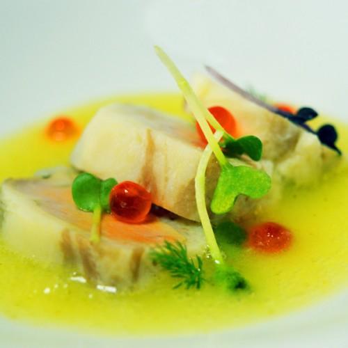 Fegato di rana pescatrice con lardo, su gazpacho di mela e sedano