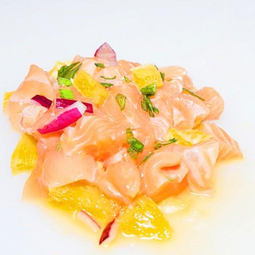 Cubismo di salmone al sakè e al wasabi, con arancia di Sicilia e cipolla Rossa