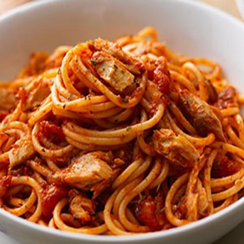 Spaghetti all'arrabbiata, con sgombro fresco grigliato