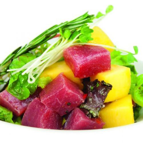 Cruditè di tonno al sakè, con mango e germogli freschi