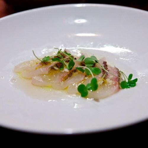 Sashimi di orata, aglio rosso, succo di yuzu e crescioni