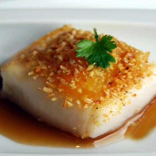 Tataki di pesce spada con pinoli, arancia e burro nocciola